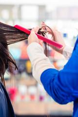 Friseur schneidet Frau die Haare im Friseursalon