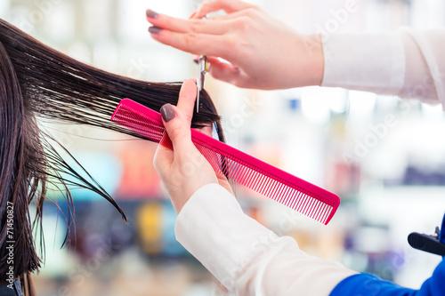 canvas print picture Friseur schneidet Frau die Haare im Friseursalon