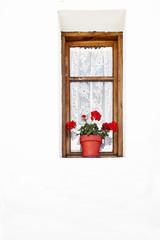 ventana con marco de madera visillos de encaje