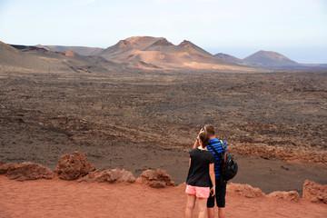 pareja fotografiando un paisaje