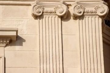Double pilastre en bossage et chapiteau ' ionique '
