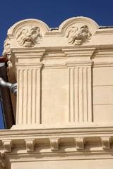 Double pilastre en bossage à chapiteau ' dorique '
