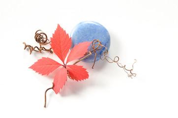Blauer Handstein mit Herbstblatt