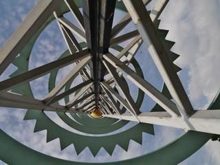 Stahlturm aus der Froschperspektive