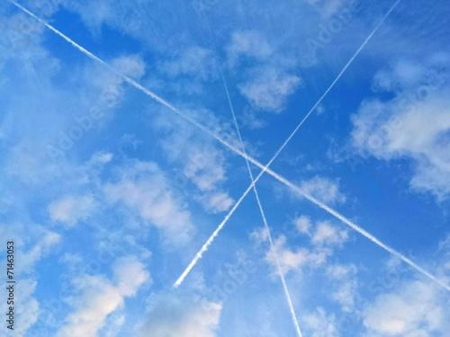 canvas print picture 3 Kondensstreifen kreuzen sich am Himmel zu einem Dreieck.