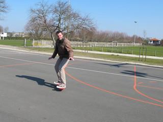 Adulte sur un skate