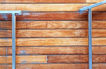 Metalowa poręcz na tle drewnianej fasady