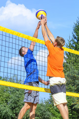 Duell am Beachvolleyball-Netz