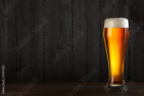 Aluminium Bier Glass of beer on wooden table, dark background