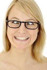 Frau mit Brille schielt