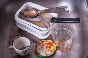 Stoviglie, posate e ciotole, tazzine sporche nel lavello, cucina