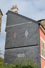 Immeuble avec façade en ardoises