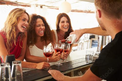 Trzy Kobiety Przyjaciele Cieszący się Drink Na Outdoor Bar