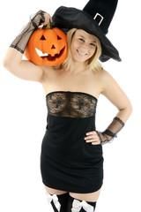 Hexe zu Halloween hält Kürbis-Kopf