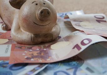 tirelire et fortune de billets d'euro