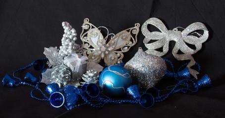 Decorazioni natalizie su sfondo nero