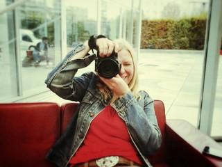 Frau fotografiert mit Freude