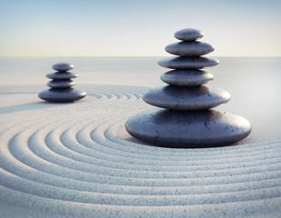 Steinpyramide im Sand
