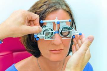 Augenoptiker bei der Arbeit