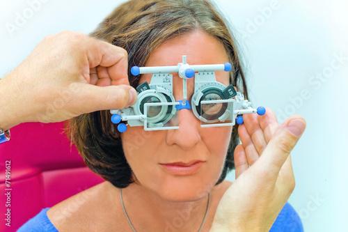 canvas print picture Augenoptiker bei der Arbeit