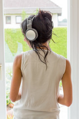 Frau hört Musik