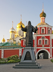 Entrance to the Conception convent in Moscow and the monument