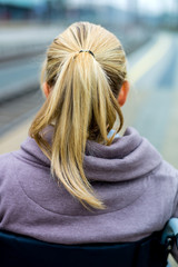 Nachdenkliche junge Frau von hinten