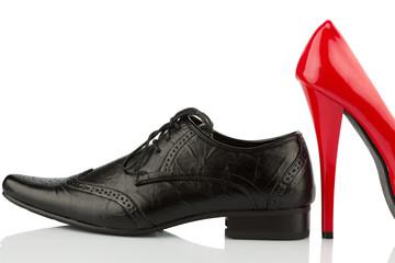 Rote High Heels und Herrenschuh