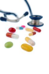 Tabletten und ein Stethoskop