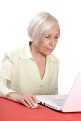 femme senior ordinateur
