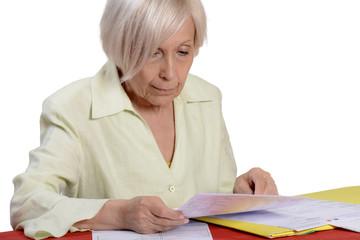 femme senior calculant ses dépenses