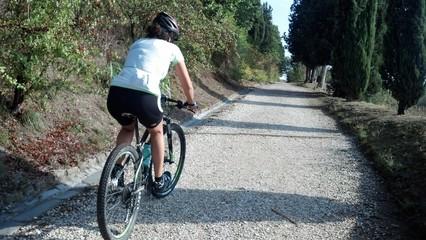 Ciclista donna ama pedalare per tenersi in forma