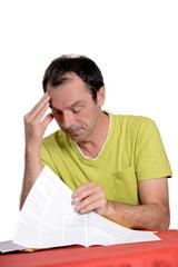 homme calculant ses dépenses