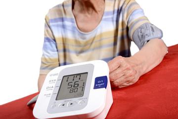femme agée vérifiant son hypertension