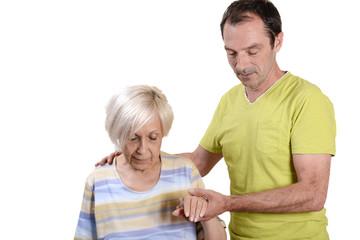 infirmier aidant une vieille dame à marcher