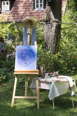 Künstler Staffelei im Garten mit abstraktem Bild