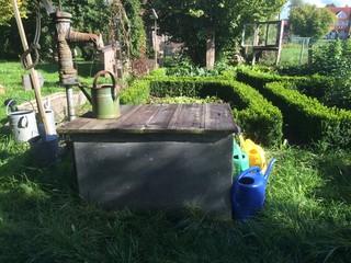 Bauerngarten mit Tonne für Regenwasser