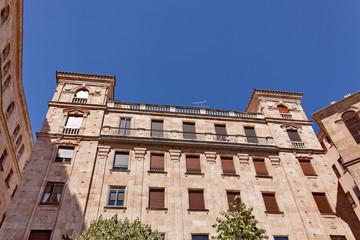 Immeuble ancien au soleil avec balcons