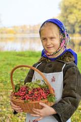 Маленькая девочка с корзиной ягод
