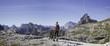 Frau wandert in den Dolomiten