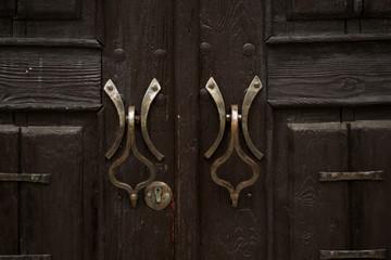 The pattern of wood door with metal doorknobs