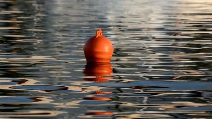 Boje im ruhigem Fahrwasser