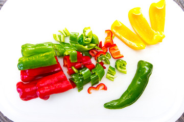 Rote, gelbe, und grüne Paprika