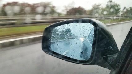 Regen im Autospiegel