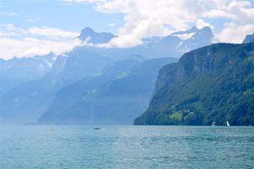 Vierwaldstättersee mit Blick in die Berge von Brunnen aus