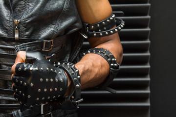 Кожаная перчатка, кожа, шипы, заклепки, металл