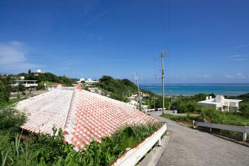 沖縄の風景・赤瓦と青い海