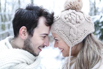 Verliebtes Paar im Winter