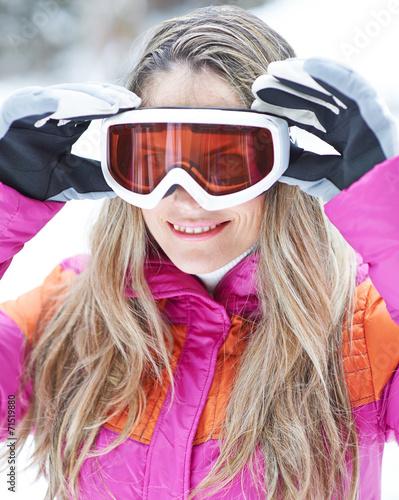 canvas print picture Frau im Winter setzt Skibrille auf