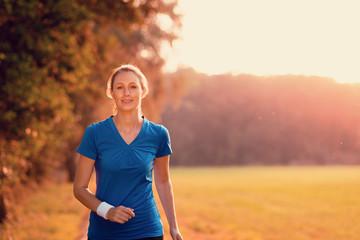 Attraktive Frau im Sonnenlicht trainiert